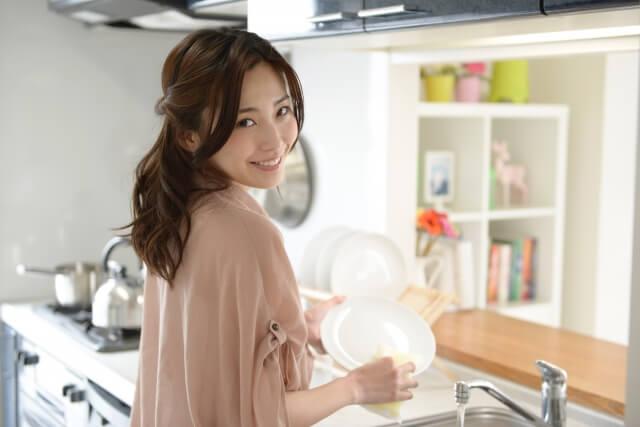 キッチンのリフォームをして喜んでいる主婦のイメージ