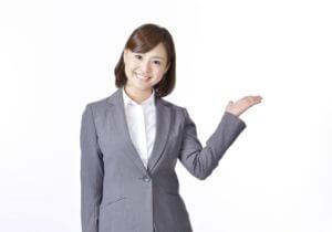 トイレのリフォーム業者の選び方を教えている女性のイメージ