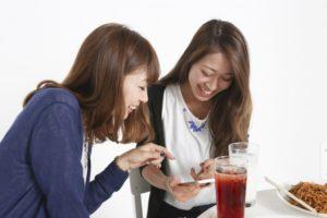 韓国語ネイティブの友達と日常会話をしているイメージ